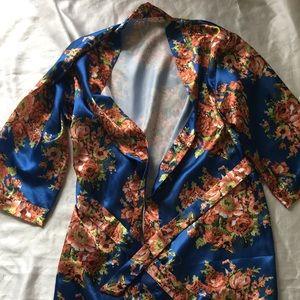 Silk floral robe size L runs small